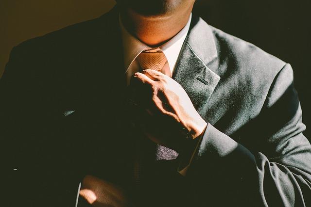 Chef rättar till slips